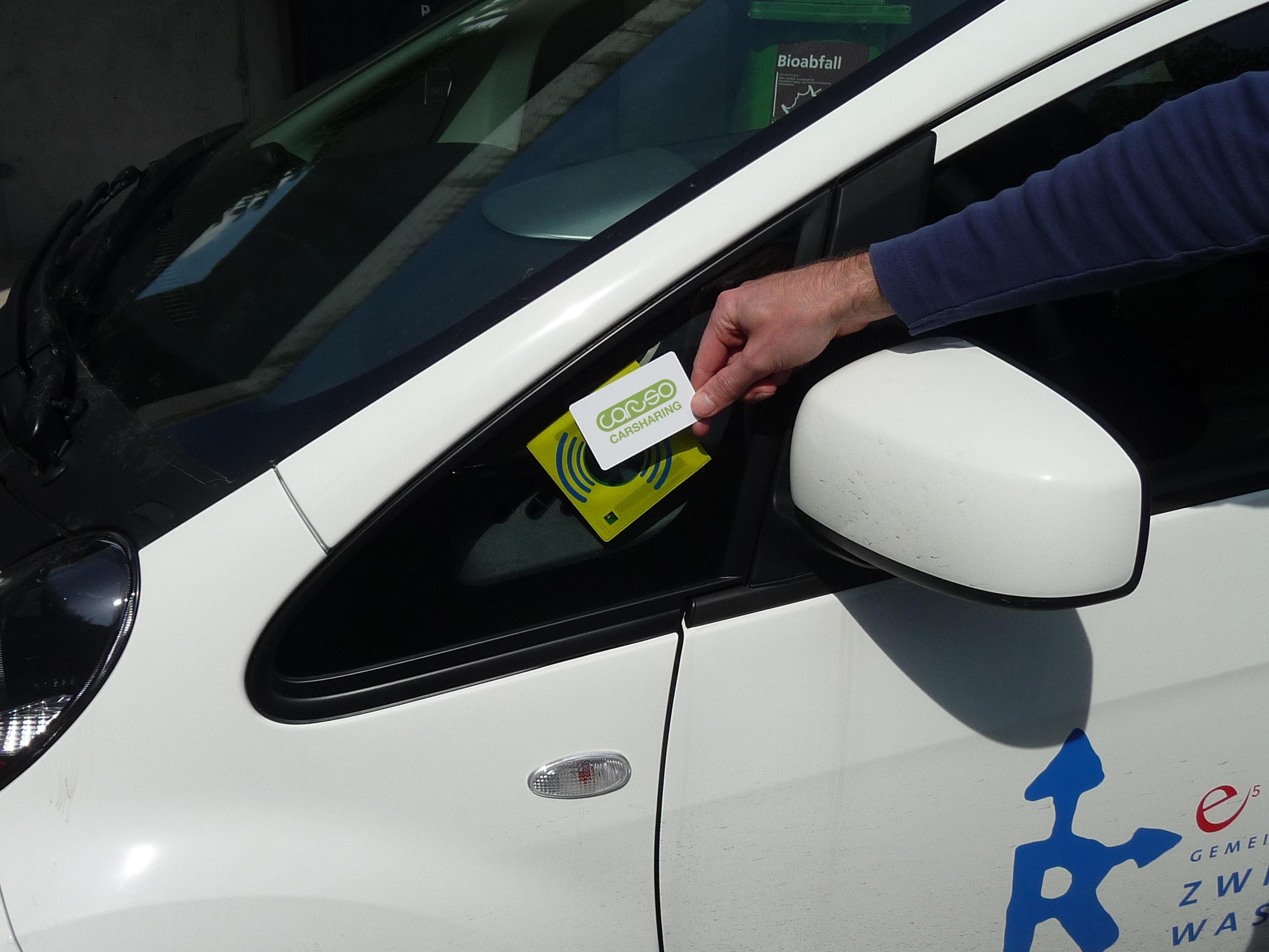 Nahaufnahme Chipkarte beim Chipkartenleser - Auto der Gemeinde Zwischenwasser